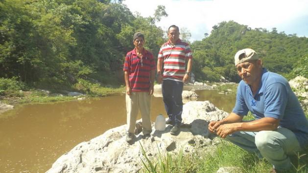 Héctor Berríos (centro) y dos habitantes del pueblo salvadoreño de Llano de la Hacienda que luchan contra el proyecto minero de OceanaGold.