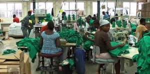 Trabajadores confeccionan camisetas para la transnacional Hanes en una fábrica de la zona franca de CODEVI, en Ouanaminthe, Haití. Crédito: Jude Stanley Roy/IPS.