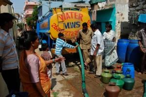 La infraestructura sanitaria en los vecindarios marginales de India desmiente la versión oficial de que el país está bien encaminado hacia el acceso universal al agua potable, limpia y segura. Crédito: Malini Shankar/IPS
