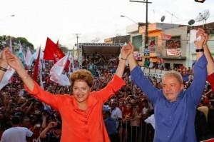 La presidenta y candidata a la reelección de Brasil, Dilma Rousseff, en un acto de la recta final de la campaña, junto con su antecesor, Luiz Inácio Lula da Silva. Ichiro Guerra/ Dilma 13