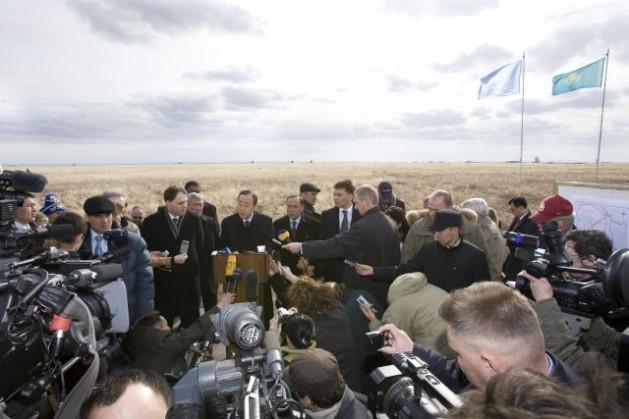 El secretario general de la ONU, Ban Ki-moon, lee una declaración a los medios de comunicación tras visitar la zona cero del sitio de ensayos nucleares de Semipalatinsk, en Kazajistán, en abril de 2010. Exhortó a los gobernantes del mundo, y a los Estados poseedores de armas nucleares en particular, a trabajar por un mundo libre de estas armas. Crédito: Foto de la ONU/Eskinder Debebe