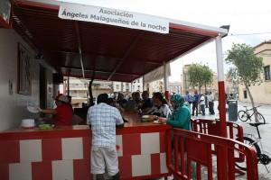Personas en exclusión social en una caseta de la asociación Ángeles Malagueños de la Noche, cuyos voluntarios reparten las tres comidas diarias en el centro de Málaga, en España. Crédito: Inés Benítez/IPS