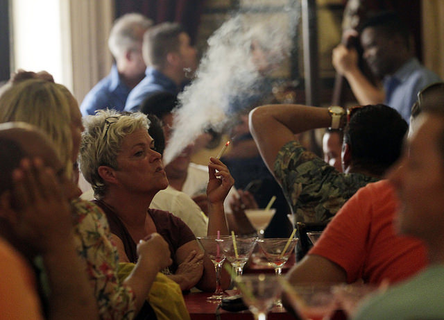 Una clienta fuma un cigarrillo en el bar-restaurante Floridita, en el emblemático barrio de La Habana Vieja. La prohibición de fumar no llega a los bares, restaurantes y centros nocturnos de Cuba. Crédito: Jorge Luis Baños/IPS