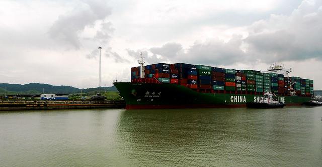 La ampliación del Canal de Panamá va a permitir que transiten la vía interoceánica barcos con capacidad de transportar hasta 14.000 contenedores de carga, en lugar del tope actual de 5.000. Crédito: Fabíola Ortiz/IPS