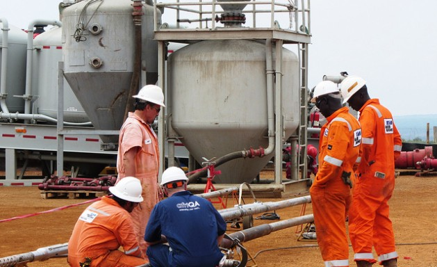 Se calcula que Uganda tiene reservas equivalentes a 2.000 millones de barriles de petróleo. Los expertos ambientales temen que a muchos países africanos les falte la capacidad para explotar los hidrocarburos con riesgos mínimos para el medio ambiente. Crédito: Wambi Michael/IPS