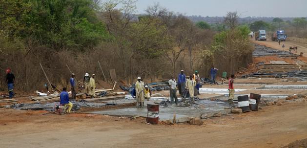 Construcción cerca de las cataratas Victoria, en la frontera entre Zimbabwe y Zambia. Crédito: David Brossard/cc by 2.0