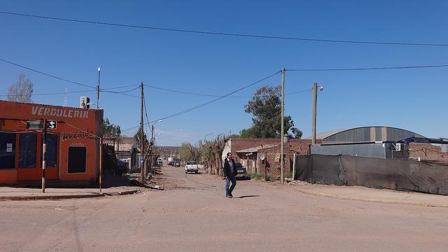 Vista de la calle principal de Añelo, un pueblo perdido de la Patagonia argentina, va a transformarse en la capital de los hidrocarburos no convencionales del país. En 15 años más tendría 25.000 habitantes, 10 veces la población de hace apenas dos años. Crédito: Fabiana Frayssinet/IPS