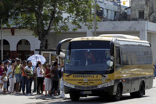 Pasajeros abordan un microbús de una cooperativa de transporte urbano que cubre varias rutas entre varios municipios de La Habana. Crédito: Jorge Luis Baños/IPS