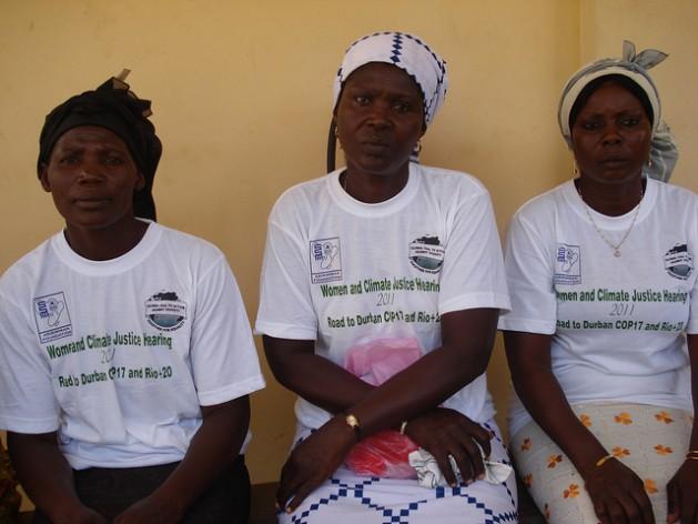 De izquierda a derecha, Mercy Hlordz, Akos Matsiador y Mary Azametsi son víctimas del cambio climático. Crédito: Jamila Akweley Okertchiri/IPS