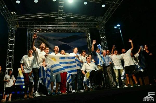 El exmandatario y candidato a la Presidencia de Uruguay, Tabaré Vázquez (tercero por la derecha), durante la celebración de su amplia ventaja en la primera vuelta electoral. Crédito: Frente Amplio