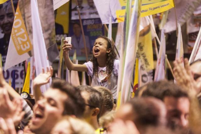 Una niña participa entusiasmada en un acto de la campaña electoral por la Presidencia de Brasil. Quizás cuando ella tenga edad de votar, los temas que importan a las mujeres sean parte de los debates y las propuestas, con independencia del género de los aspirantes. Crédito: Vagner Campos/ MSilva Online