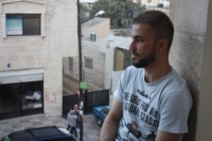 """Marvin Nafee, un cristiano iraquí que huyó a Jordania para escapar del Estado Islámico, reza para recuperar """"la seguridad del Mosul de 10 años atrás, donde todos convivían en paz"""". Crédito: Areej Abuqudairi/IPS"""