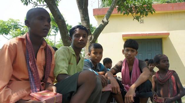 Niños como estos se utilizan como contrabandistas en la frontera entre India y Bangladesh. Crédito: Sujoy Dhar/IPS