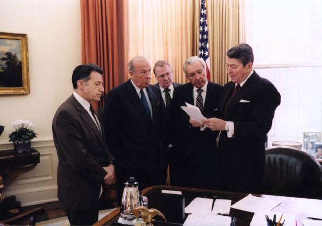 El presidente Ronald Reagan con sus asesores Caspar Weinberger, George Shultz, Ed Meese y Don Regan analizando sus declaraciones sobre el caso Irán-Contras, en el despacho oval de la Casa Blanca de Estados Unidos, en 1986. Crédito: Ronald Reagan Library, registro oficial del gobierno