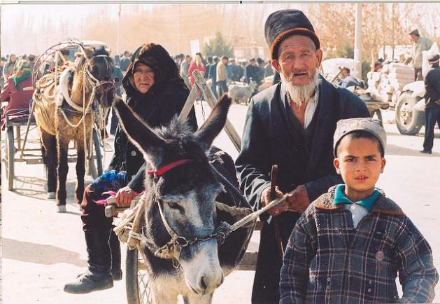 Ancianos y niño uigures. Crédito: Todenhoff/cc by 2.0