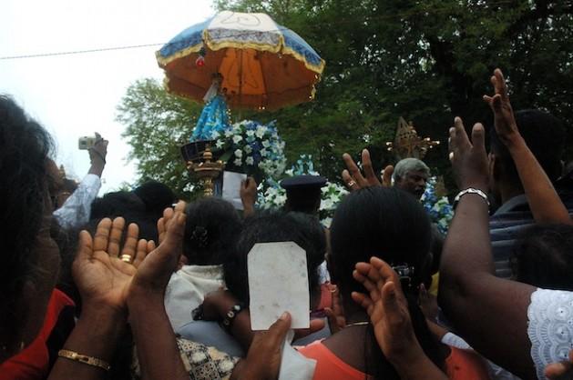 Devotos rezan a la imagen de la Virgen María, de 500 años de antigüedad, en procesión alrededor de la iglesia de Madhu durante el festival anual. Crédito: Amantha Perera/IPS