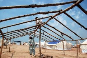 Cada vez se instalan más tiendas de campaña para albergar a desplazados en el norte de Pakistán. Crédito: Ashfaq Yusufzai/IPS