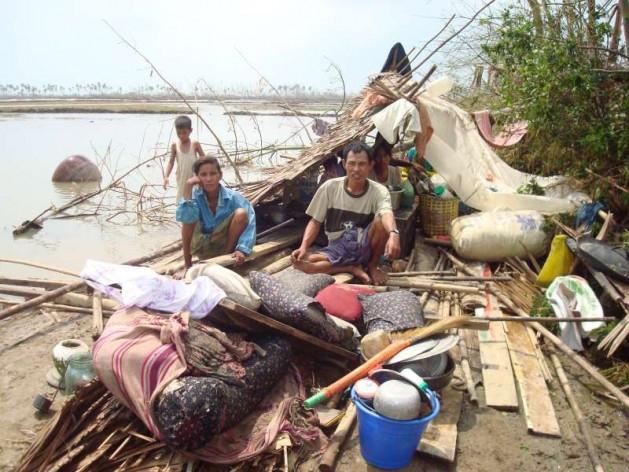 Sobrevivientes de un ciclón en Birmania se resguardan en las ruinas de su destruida vivienda. Crédito: Acnur/ Taw Naw Htoo