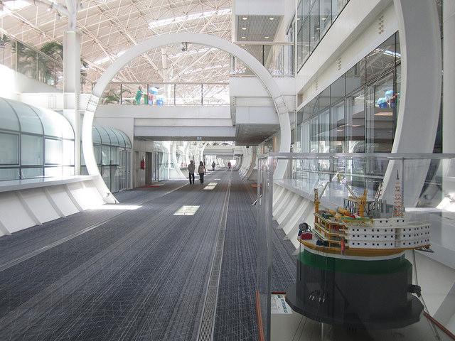 Corredor del tercer piso del edificio central de las instalaciones del Centro de Investigación y Desarrollo de Petrobras (Cenpes), construido en 2010 en la Isla de la Ciudad Universitaria. Al lado miniatura de plataforma marítima de extracción petrolera. Crédito: Mario Osava/IPS