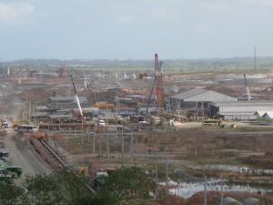 Obras del Complejo industrial de Puerto de Suape, en el estado de Pernambuco, en el nordeste de Brasil. Allí operarán unas 200 empresas de variados sectores. Crédito: Mario Osava/IPS