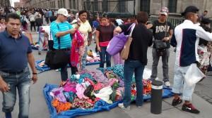 Vendedores informales en la calle de Moneda, en el centro histórico de Ciudad de México. La economía informal es un reducto ante la enorme desigualdad salarial existente en el país. Crédito: Emilio Godoy/IPS