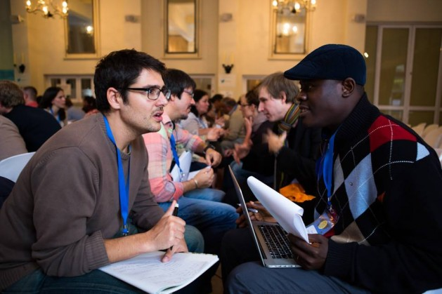 """En un espíritu de investigación y compromiso, los participantes de la conferencia """"Hacia un movimiento ciudadano mundial: aprender de las bases"""" pasaron gran parte del tiempo interactuando con los demás. Crédito: DEEEP"""
