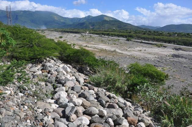 El río Yallahs, una de las principales fuentes de agua del depósito de Mona, hace meses que está seco. Crédito: Desmond Brown/IPS
