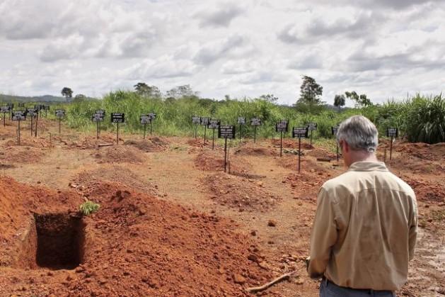 Anthony Banbury, jefe de la Misión de las Naciones Unidas para la Respuesta de Emergencia al Ébola, visita un sitio de entierros seguros para víctimas de la enfermedad en Freetown, Sierra Leona. Crédito: UN Photo/Ari Gaitanis