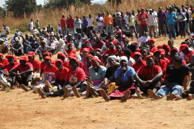 Partidarios (de rojo) del opositor Movimiento por el Cambio Democrático, liderado por Morgan Tsvangirai, tras presenciar el fracaso de su partido ante el presidente Robert Mugabe en las elecciones de 2013. Crédito: Jeffrey Moyo/IPS