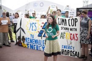Activistas reclaman contra los combustibles fósiles y a favor de las energías limpias durante la COP 20, en Lima. Crédito: Luka Tomac / FoEI