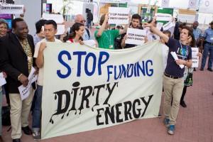 Activistas exigen a los delegados de los gobiernos en la COP 20 aprobar medidas que fomenten la inversión en energías renovables y abandonen sus multimillonarios apoyos a los combustibles fósiles. Crédito: Joshua Wiese/IPS