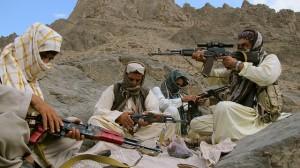 El comandante Baloch Khan comprueba la mira telescópica de su fusil rodeado de sus tres escoltas, en las montañas de Sarlat, en Baluchistán. Crédito: Karlos Zurutuza /IPS
