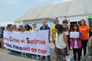 Un grupo de activistas protesta ante el lugar de un evento organizado por Shell, la gigante petrolera angloholandesa, en las instalaciones de la COP 20, en la capital peruana. Crédito: Adopt a Negotiator