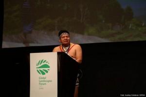El indígena Cándido Menzúa Salazar, coordinador nacional de los pueblos indígenas de Panamá, contó a los asistentes al Global Landscapes Forum, el mayor evento paralelo de la COP 20 de Lima, cómo el cambio climático alteró sus prácticas agroforestales. Crédito: Audry Córdova/COP20 Lima