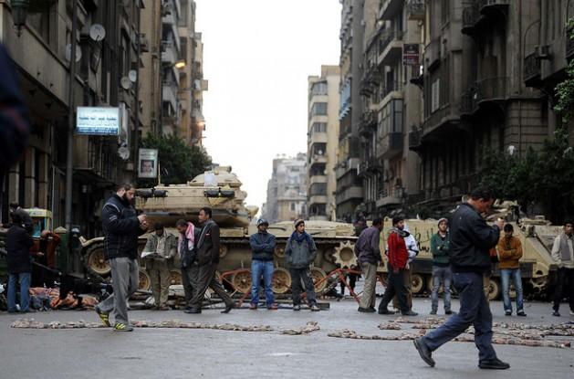 El ejército egipcio bloquea el paso en una calle de El Cairo en febrero de 2011. Crédito: IPS/Mohammed Omer