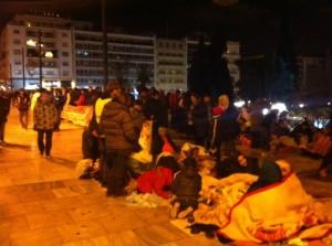 Migrantes sirios protestan en Atenas para que se les permita ir a otros países europeos. Muchos duermen a la intemperie en el suelo durante la noche, cubiertos solos con mantas frente a temperaturas inferiores a los 10 grados. Crédito: Apostolis Fotiadis/IPS