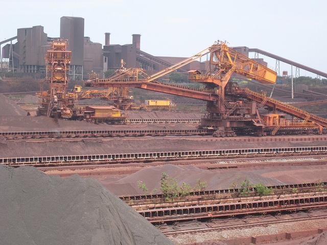 Parte del puerto minero de la empresa Vale, la mayor productora de mineral de hierro en el mundo, en Punta da Madeira, en el nororiental estado de Maranhão, por donde se exporta el mineral de hierro extraído de la Sierra de Carajás, en la Amazonia de Brasil. Crédito: Mario Osava/IPS