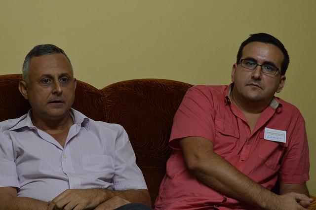 Roberto Veiga, a la izquierda, y Lenier González, coordinadores del proyecto de Cuba Posible, durante un encuentro en el Centro Cristiano de Reflexión y Diálogo-Cuba, en la ciudad de Cárdenas. Crédito: Helen Hernández Hormilla /IPS