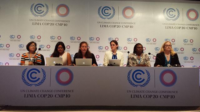 Un grupo de activistas que monitorean la inclusión del enfoque de género en las negociaciones climáticas de la COP 20 en Lima, durante un encuentro informativo el 9 de diciembre. Crédito: Diego Arguedas Ortiz /IPS