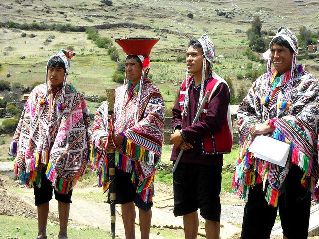 Algunos de los guardianes de la papa de las cinco comunidades quechuas que participan en su preservación en un área de 9.200 hectáreas, conocida como el Parque de la Papa, dentro del Valle Sagrado de los Incas, en Pisac, en el departamento peruano de Cusco. Crédito: Fabíola Ortiz/IPS
