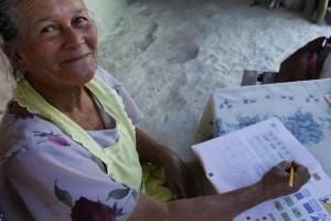 Maximina Velasco repasa en su hogar una lección de lectura y escritura, dentro del programa de alfabetización que convirtió al pueblo de Tapalhuaca, en El Salvador, en un municipio libre del analfabetismo, porque 97 por ciento de sus 4.000 habitantes ya saben leer y escribir. Crédito: Edgardo Ayala /IPS