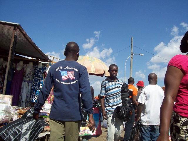 Mercado en Lusaka, Zambia. Crédito: Lewis Mwanangombe/IPS
