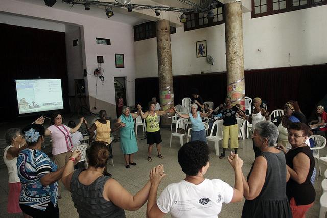 Un grupo de mujeres participan en la inauguración del buro informativo sobre violencia de género, en el Taller de Transformación Integral del Barrio Atarés El Pilar, en la capital de Cuba, el 25 de noviembre de 2014. Crédito: Jorge Luis Baños/IPS