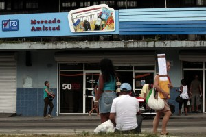Mercado Amistad, uno de los comercios que venden productos en monedas extranjeras, oficialmente llamadas tiendas de recuperación de divisas, en el barrio de Centro Habana, en la capital cubana. Crédito: Jorge Luis Baños/IPS