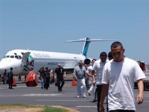 Personas deportadas de Estados Unidos arriban al Aeropuerto Internacional Monseñor Oscar Arnulfo Romero, en la capital de El Salvador. Su país los recibe con pocas iniciativas para su reinserción laboral y social. Crédito: Cortesía de la DGME