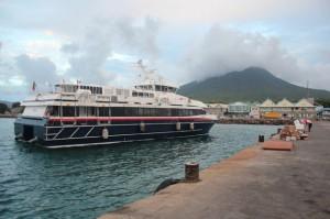 Un ferry a punto de atracar en la pequeña isla caribeña de Nieves, cuyo volcán es aprovechado para la energía geotérmica. Crédito: Desmond Brown/IPS