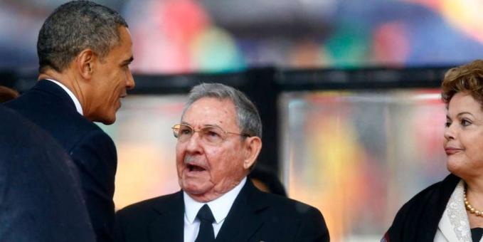 Los presidentes de Cuba, Raúl Castro, en el centro, y de Estados Unidos, Barack Obama, se saludan en el funeral de Nelson Mandela, en Sudáfrica, en presencia de la mandataria brasileña Dilma Rousseff. Un saludo más formal y amplio se repetiría en la Cumbre de las Américas que se realizará en Panamá en abril. Crédito: Gobierno de Brasil