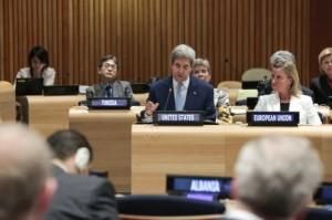 El secretario de Estado de Estados Unidos, John Kerry (al centro) en la Séptima Reunión Ministerial del Tratado de Prohibición Completa de los Ensayos Nucleares, en septiembre de 2014. Crédito: Foto de la ONU/Evan Schneider