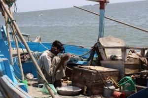 Pescadores paquistaníes realizan múltiples tareas en su barco. Activistas reclaman propuestas más enérgicas de la ONU para enfrentar la desigualdad económica extrema y el cambio climático. Crédito: Zofeen Ebrahim/IPS