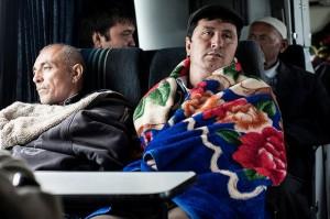 Trabajadores migrantes viajan en autobús por el norte de Kazajistán en busca de un empleo en Rusia, en mayo de 2014. Crédito: Konstantin Salomatin